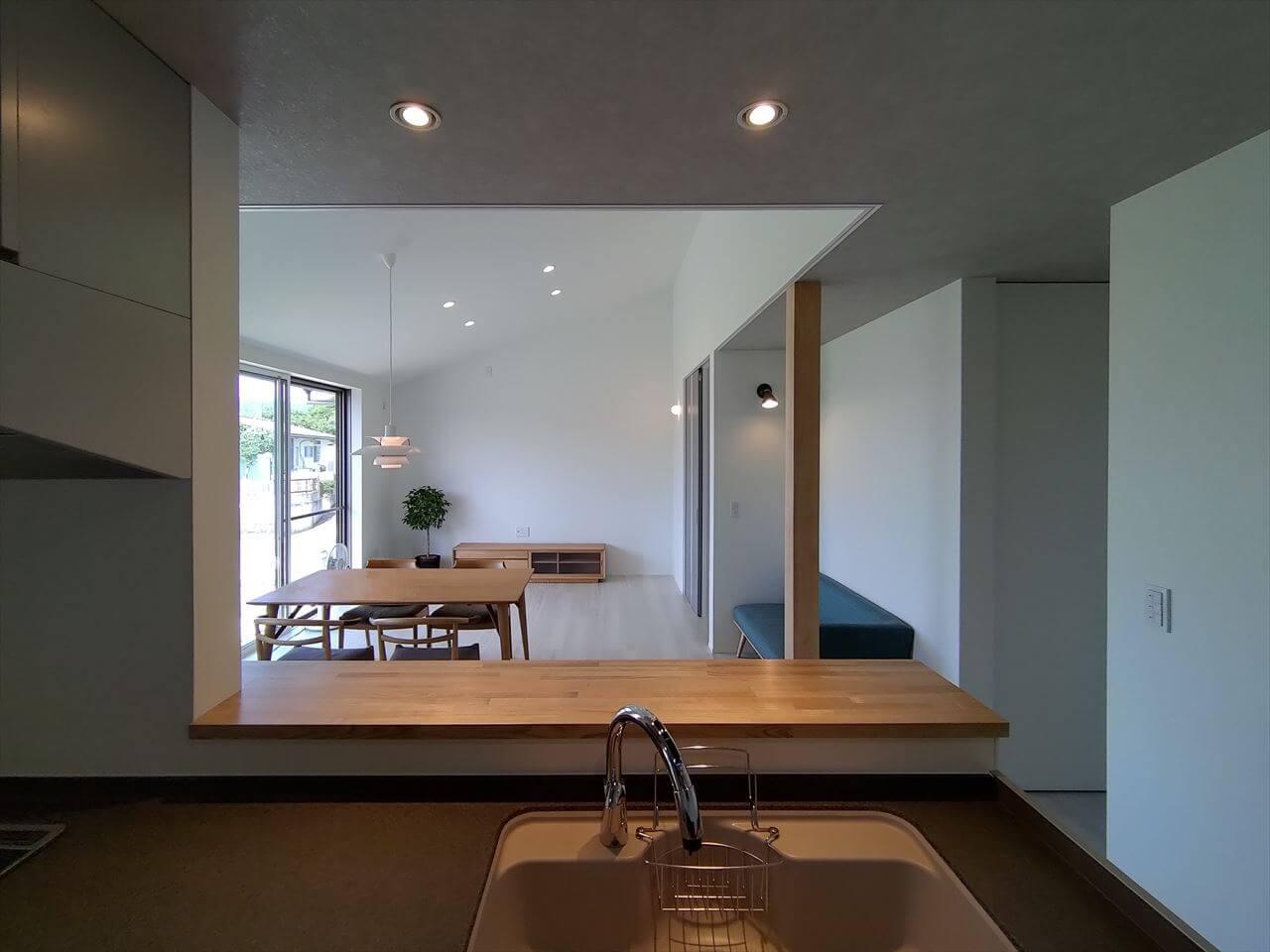 改寄町の住宅:キッチンからリビングの眺め