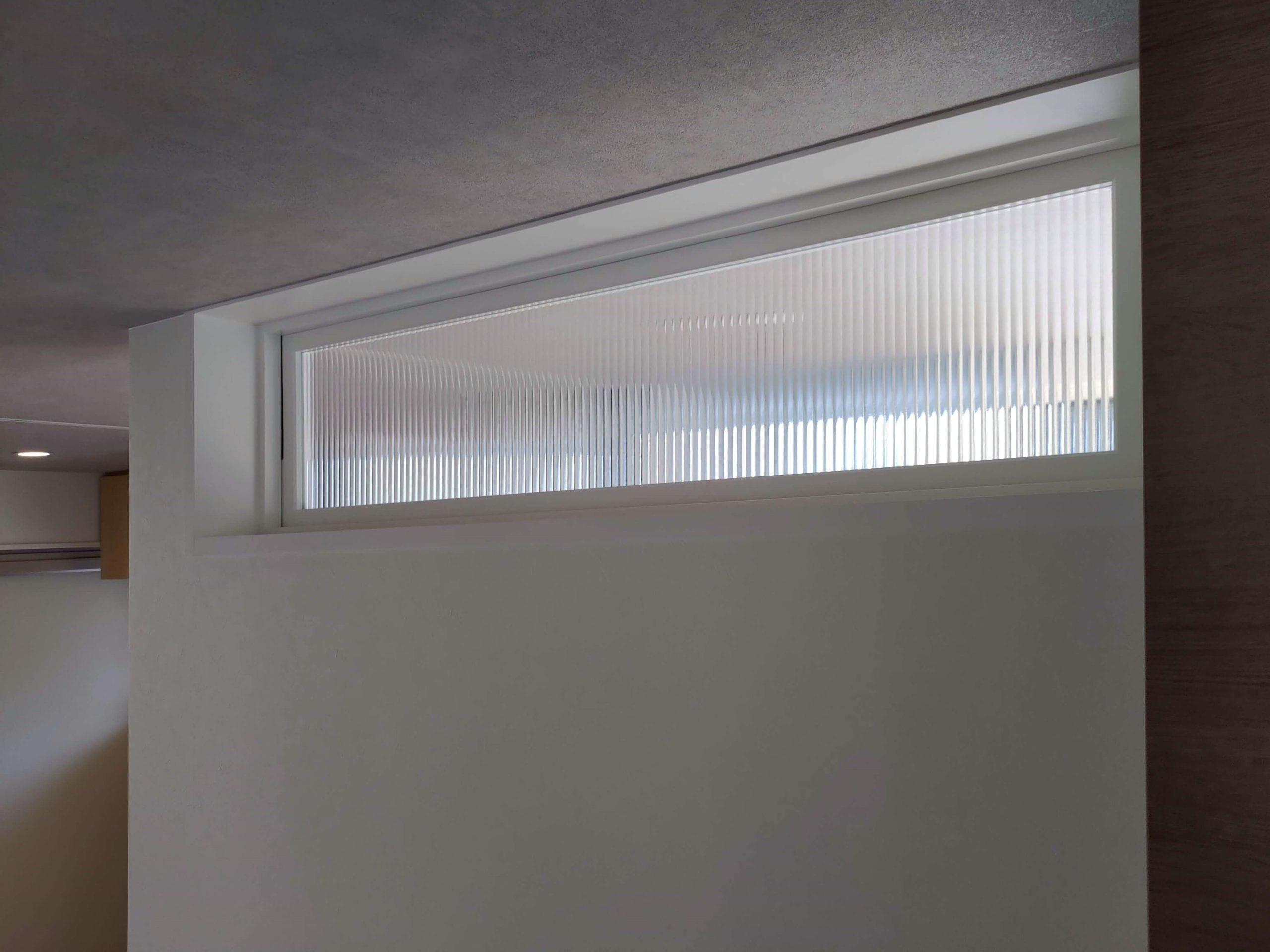 改寄町の住宅:家事室からキッチンへの小窓