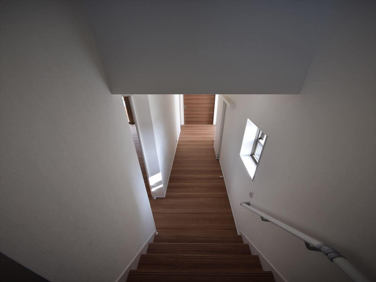迎原の家:階段室から1階廊下方向