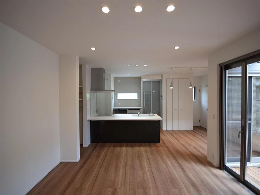 迎原の家:リビングと対面キッチン。キッチンの右にダイニングテーブルを