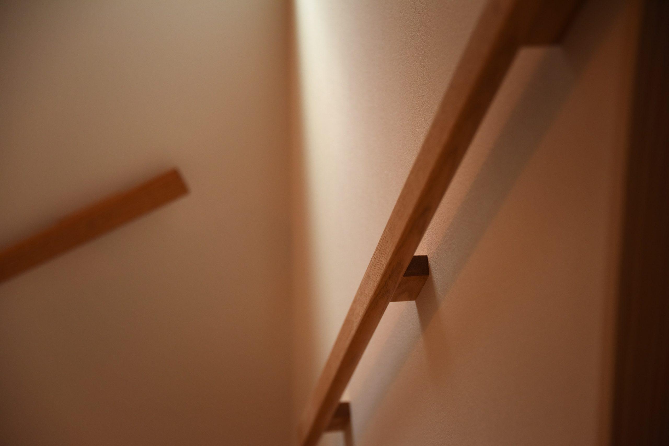 滴水(たるみず)の住宅:階段の手すりです。手を抜かず、ひとつひとつデザインを考え作るのがシーズグロースアーキテクトの流儀です。