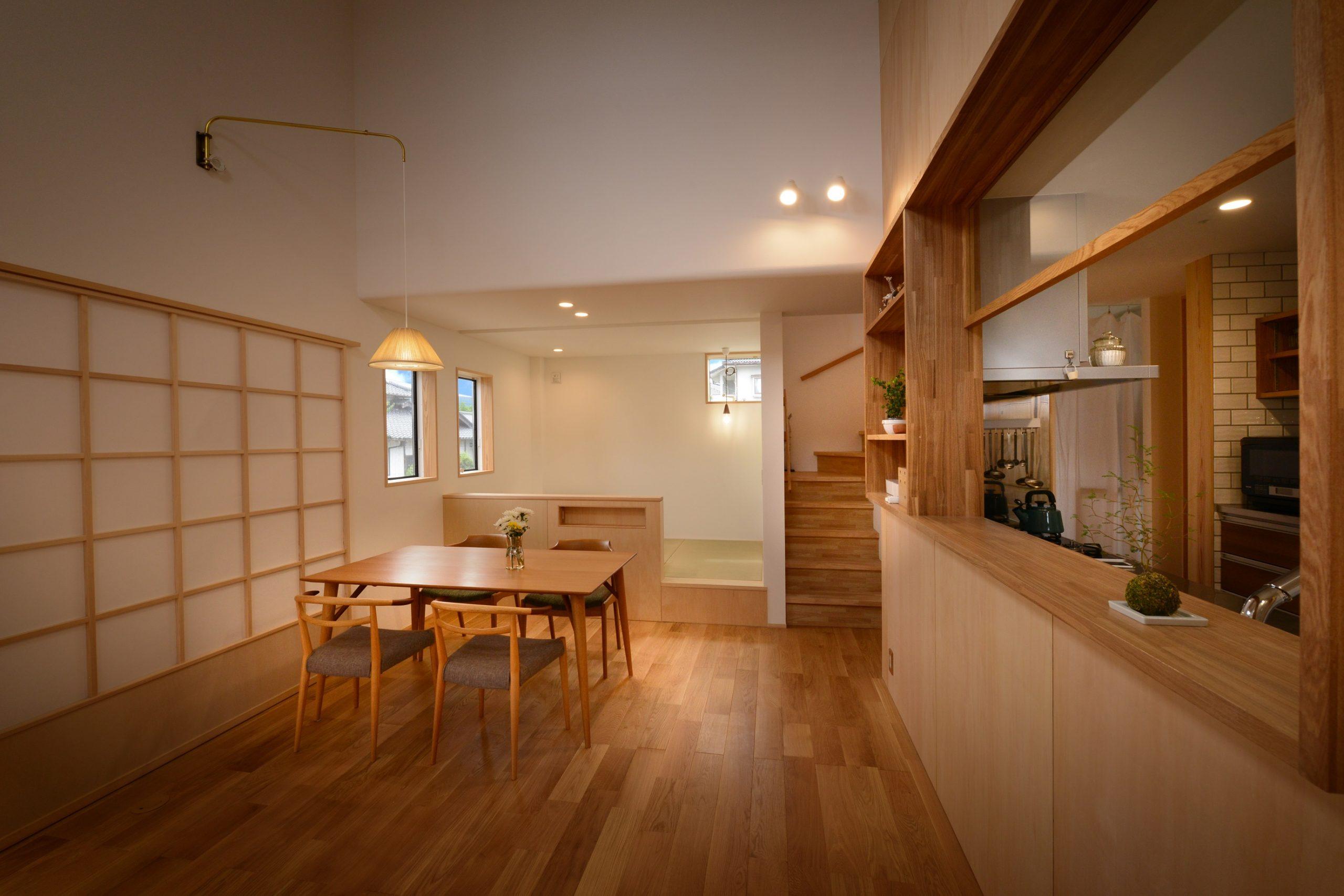 滴水(たるみず)の住宅:奥様の好きなテイストでキッチンを設え、タモやオークをふんだんに使ったLDK。