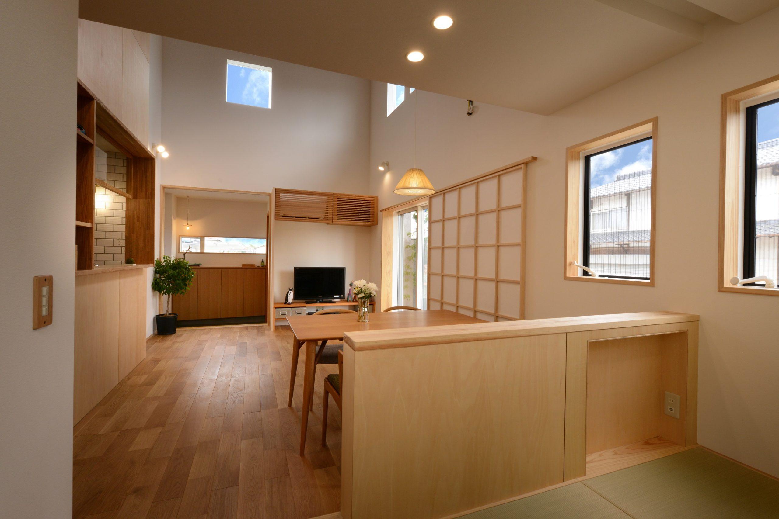 滴水(たるみず)の住宅:小上がりの畳スペースには小さなテレビが置けるニッチが。天井のカーテンボックスにロールカーテンを付け仕切れば、小さな部屋として使えます。