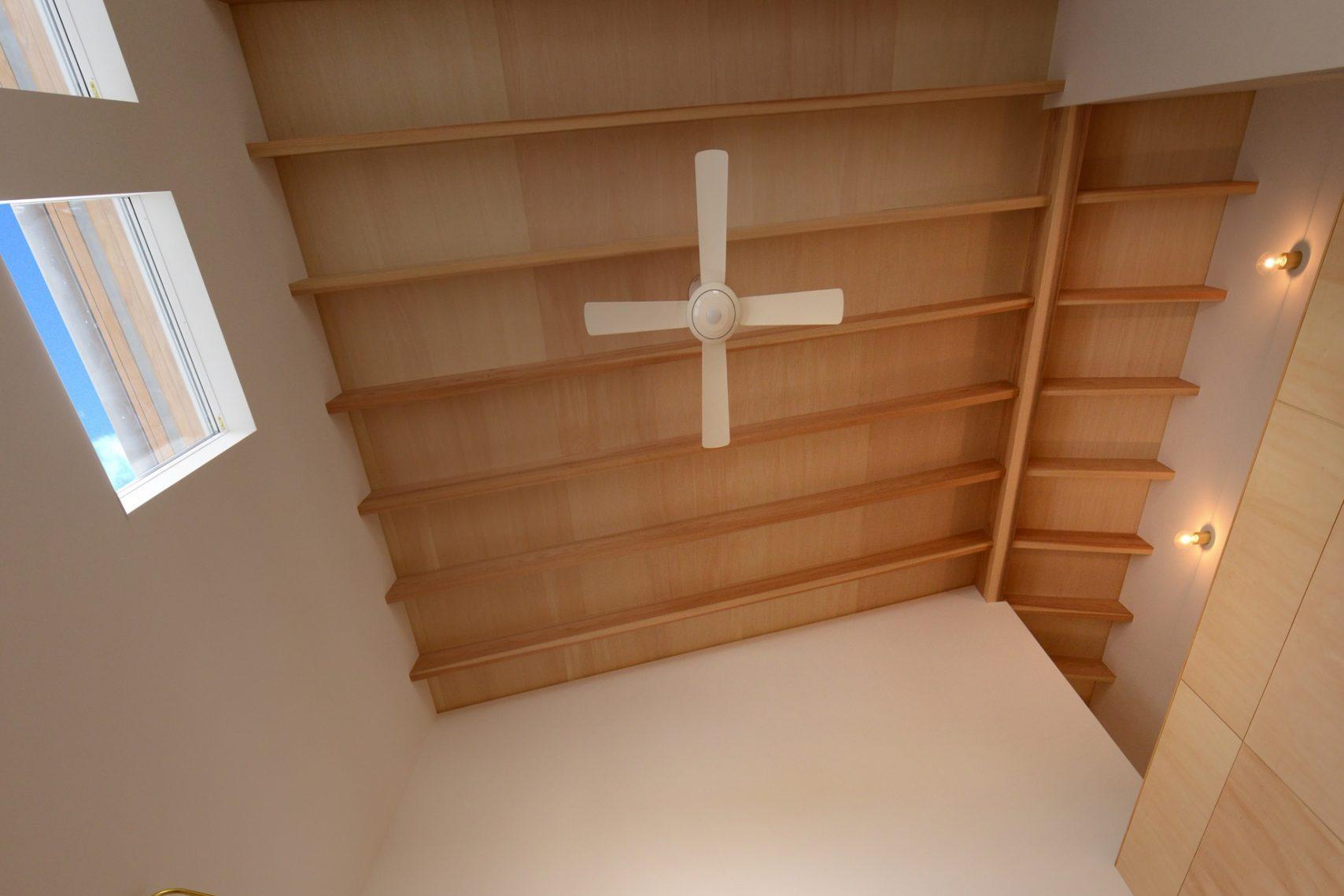 滴水(たるみず)の住宅:玄関ホールからすぐにLDKに通じます。吹抜けの大空間にせいの高いタルキが登梁となり、屋根を支えています。屋根にはフェノマフォーム、壁にはヒートコアパネルと断熱材では最上級の硬質ウレタンの中でも2トップの断熱材を使用しています。
