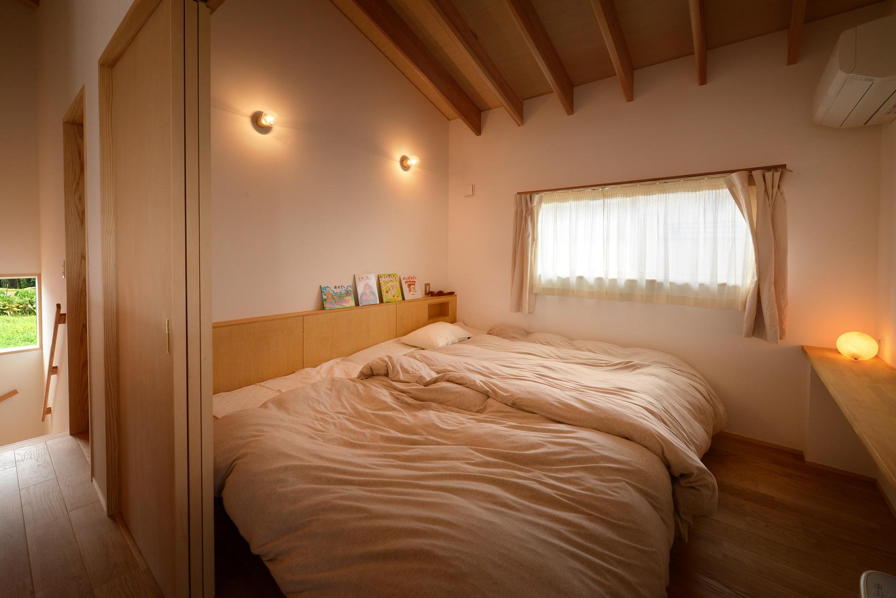 滴水(たるみず)の住宅:2階の寝室は、天井はLDKと同じタルキの登梁。ぐっすり眠れそうな部屋です。