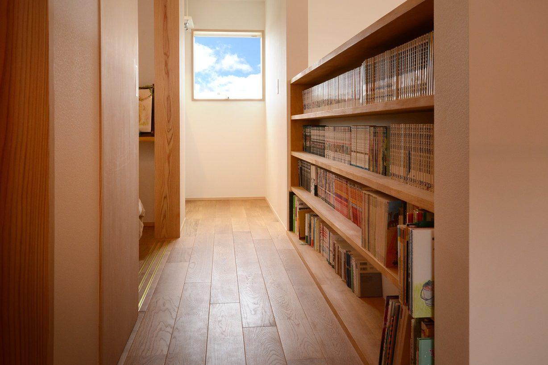滴水(たるみず)の住宅:吹抜けに面した二階の廊下には子供たちの大好きな本がたくさん。