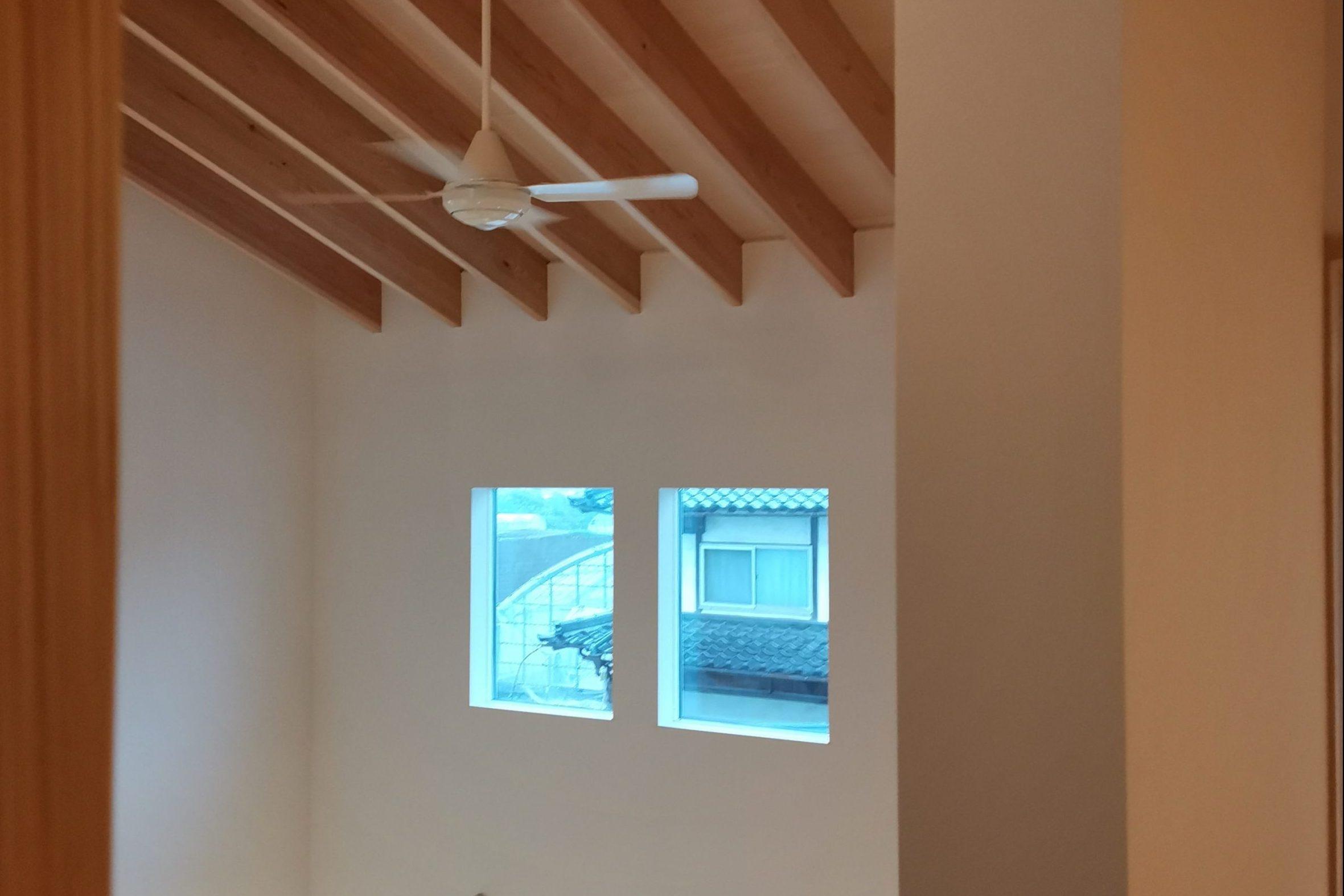 滴水(たるみず)の住宅:二階の廊下から吹抜けを見ると、美しい化粧タルキの登梁。家の中とは思えないような空間です。