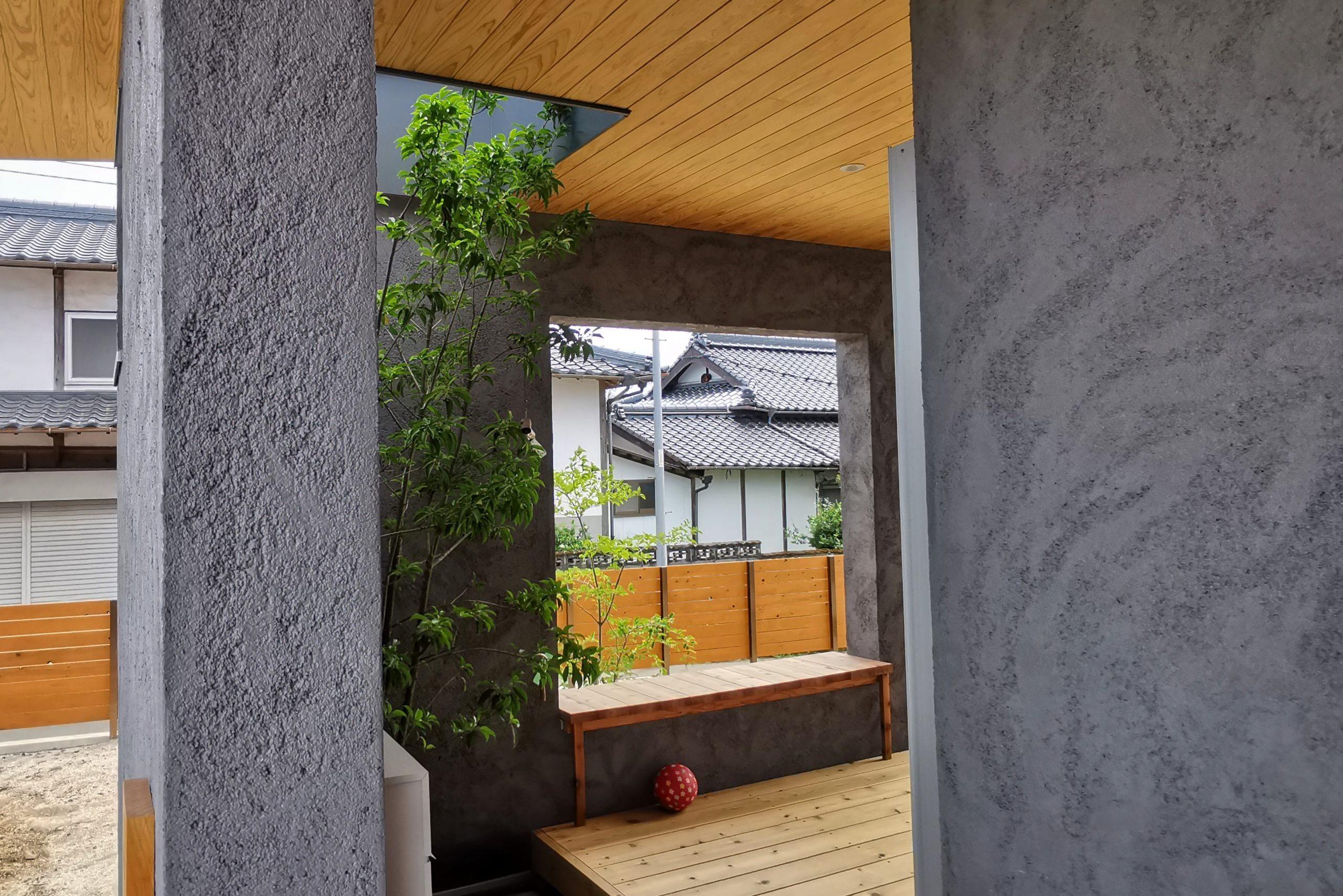 滴水(たるみず)の住宅:内と外の間の中間領域として、このウッドデッキをつくりました。