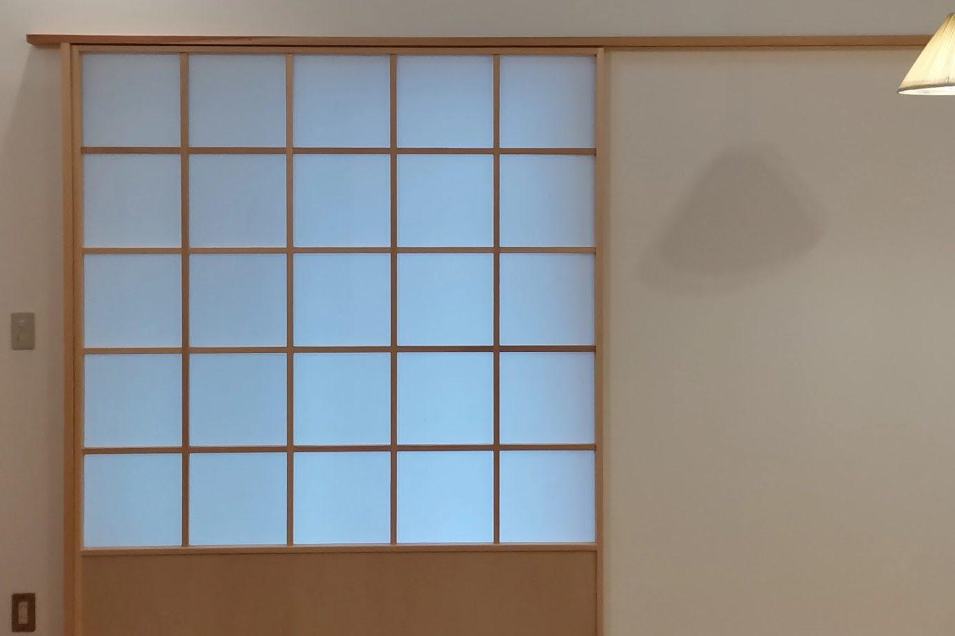 滴水(たるみず)の住宅:この掃き出し窓は全開口の窓ですが、障子も一本引きで全開できます。