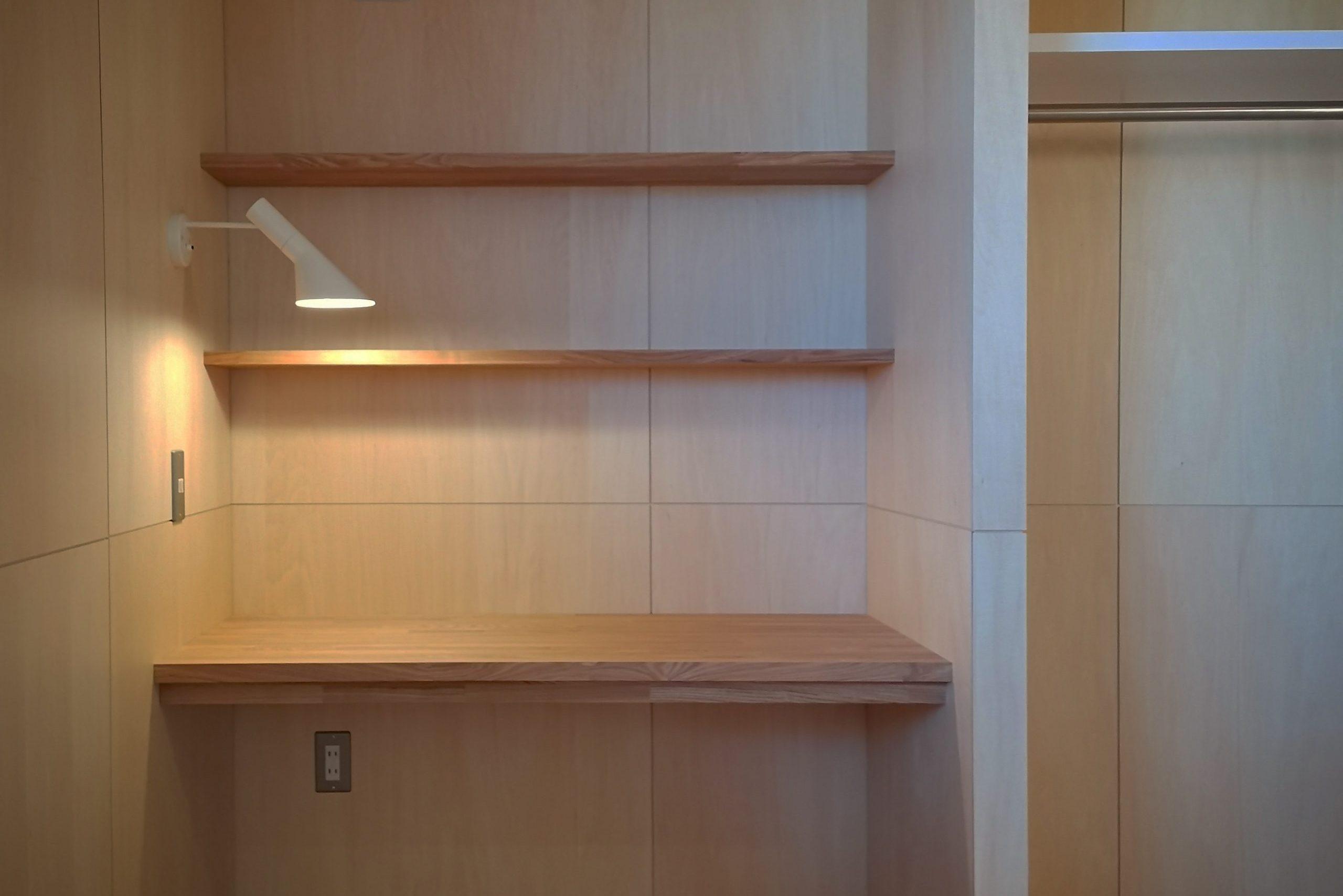 田迎の住宅:造り付のタモの集成材のデスクと本棚。