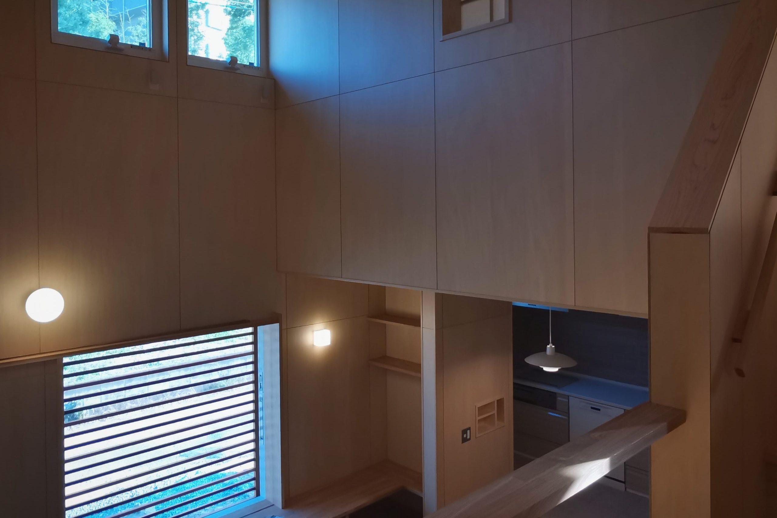 田迎の住宅:吹抜け空間は外の明るさと室内の落ち着いた照明、そしてシナの柔らかい木肌で、こころ穏やかな時間が過ごせます。