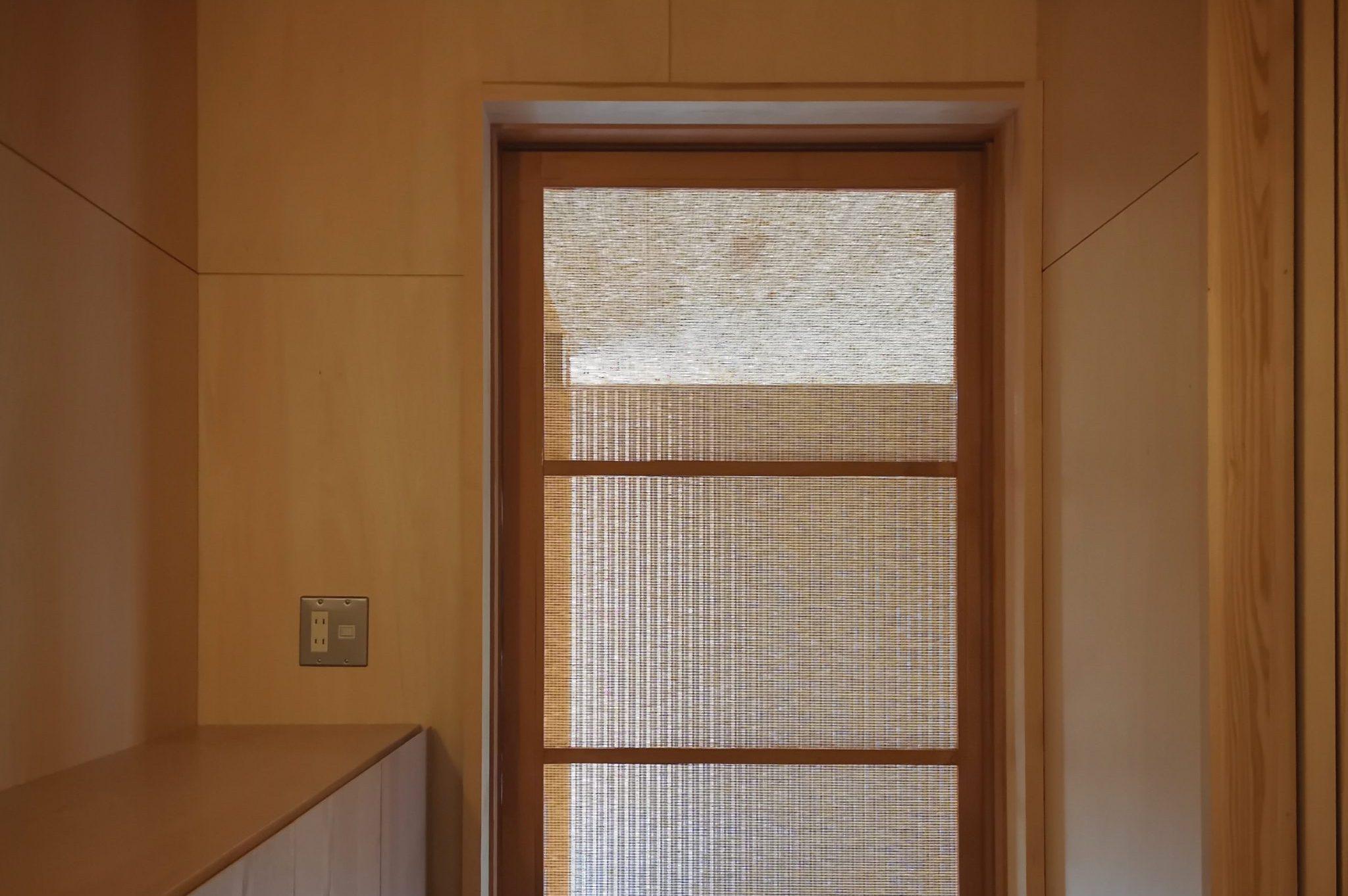 田迎の住宅:玄関には網戸を取付け、玄関内の明るさを確保し、涼しい日は玄関引戸は開けっ放しで外の空気を中に入れることが出来ます。