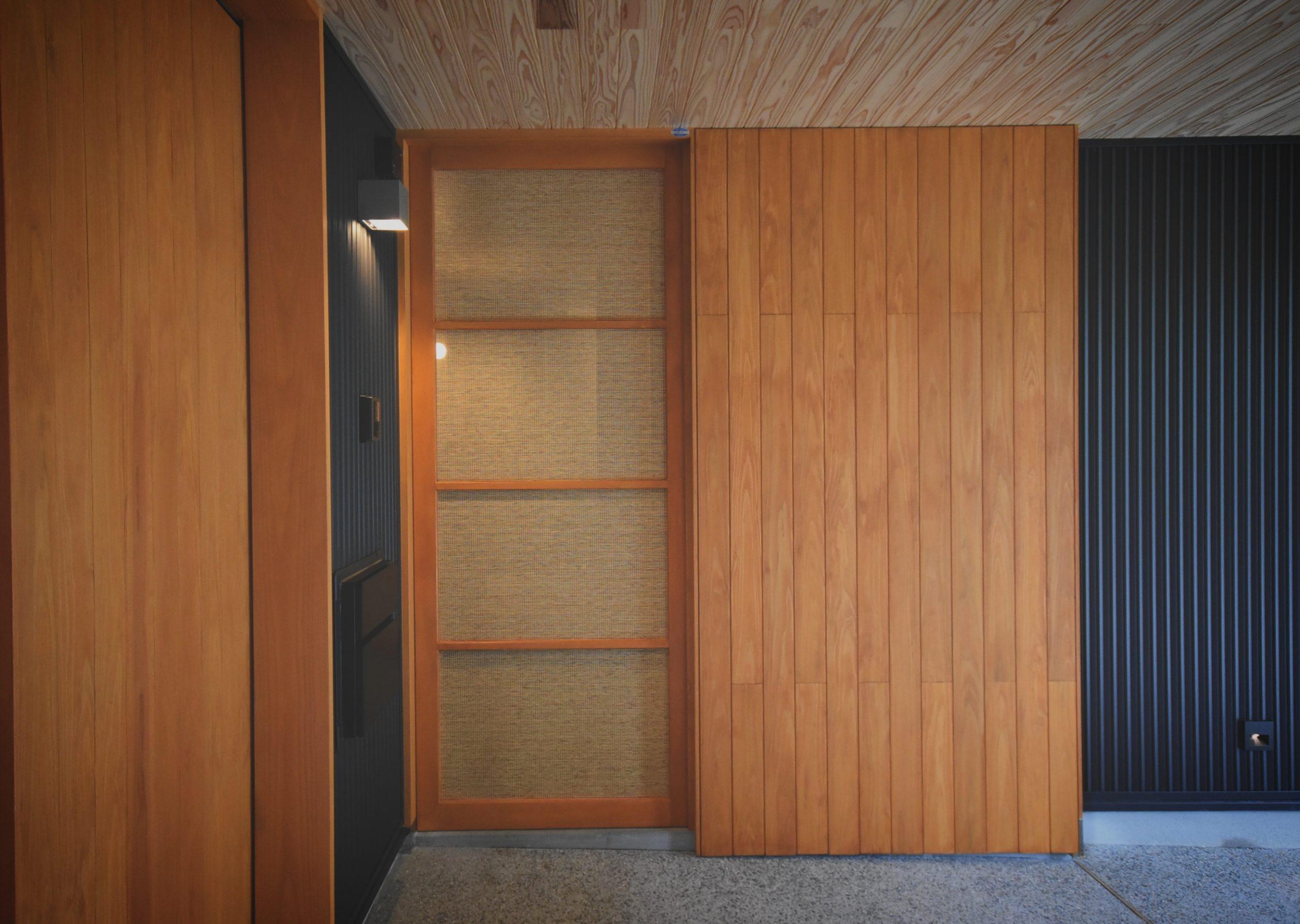 田迎の住宅:インナーガレージから雨にぬれずに玄関に入ることが可能です。