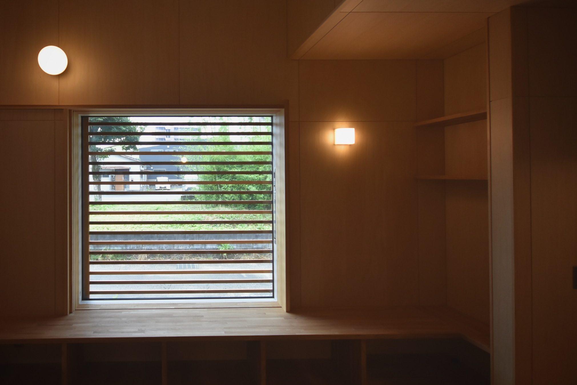 田迎の住宅:昼間もガラリをしていれば、窓を開けていてもプライベートは確保できます。